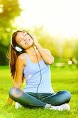 Kvinna lyssna på musik — Stockfoto