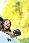 Mulher de carro na estrada viagem olhando — Foto Stock