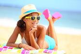 Stranden kvinna funky glad och färgglad — Stockfoto