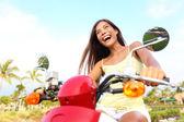 Glad gratis asiatisk kvinna på skoter — Stockfoto