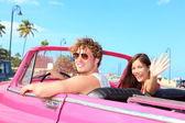 Couple heureux dans une voiture rétro vintage — Photo