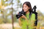 Kobieta fotograf natura podróż — Zdjęcie stockowe