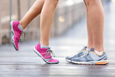 Miluji sport koncept - běh, pár líbání — Stock fotografie
