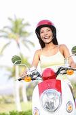 Свободная женщина верхом скутер счастливым — Стоковое фото