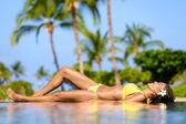 スパリゾートでリラックスした美しい休暇女性 — ストック写真