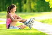 žena bruslení v parku — Stock fotografie