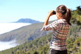 Turysta patrząc w lornetki — Zdjęcie stockowe