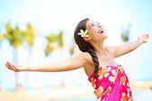 Donna libera spiaggia euforico felice nel concetto di libertà gioia — Foto Stock