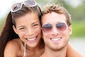 Portrait de closeup heureux plage jeune couple — Photo