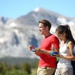 Couple on car road trip travel in Yosemite eating — Stock Photo