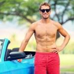 homem bonito com carro esporte — Foto Stock