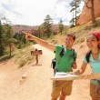 Foto Stock: Hiking looking at hike map in Bryce Canyon