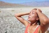 öken kvinna törstig uttorkad i death valley — Stockfoto