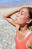 Dehydratace žízeň koncept žena v death valley — Stock fotografie