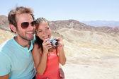 Turist çift eğlenceli ölüm vadisi — Stok fotoğraf