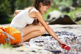 Mujer senderista tomaba agua en río en yosemite — Foto de Stock