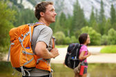 Senderismo - trekking, hombre mirando en yosemite — Foto de Stock