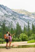 Senderismo en caminata en las montañas en yosemite — Foto de Stock