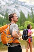 Escursioni - escursionista uomo cerca nella natura — Foto Stock