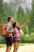 Senderismo - par de excursionistas en yosemite — Foto de Stock