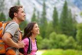 夫妇-活动徒步旅行者在优胜美地徒步旅行 — 图库照片