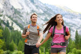 Happy couple of hikers hiking in Yosemite — Stock Photo