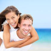Pareja feliz verano playa divertidas vacaciones — Foto de Stock