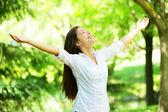 Ung kvinna mediterar med öppna armar — Stockfoto