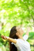 Mujer feliz se regocijan mirando hacia arriba feliz — Foto de Stock