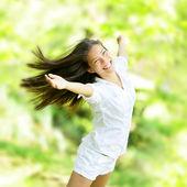 радуясь счастливая женщина в полете движения — Стоковое фото