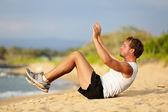 Sit ups - gimnasio crossfit hombre haciendo sentadillas — Foto de Stock