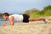 Crossfit opleiding fitness man plank oefening — Stockfoto
