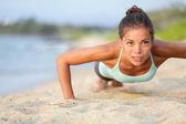 Push-ups fitness frau macht liegestütze außerhalb — Stockfoto