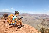 Mujer de computadora tablet senderismo en gran cañón — Foto de Stock