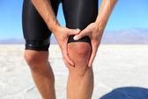 Lesiones - deportes ejecuta lesión en la rodilla en hombre — Foto de Stock