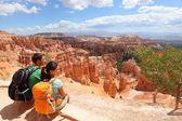 Excursionistas en el cañón bryce descansar disfrutando de la vista — Foto de Stock
