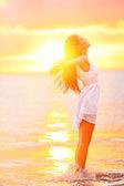 Vrije vrouw genieten van vrijheid gevoel gelukkig op strand — Stockfoto