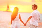 Para zakochanych szczęśliwy na plaży romantyczny zachód słońca — Zdjęcie stockowe