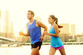 City running couple jogging outside — 图库照片
