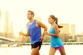 Město běží pár, běhání venku — Stock fotografie