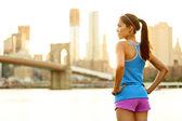 фитнес женщина бегун расслабляющий после города работает — Стоковое фото