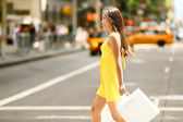 Shopping kvinna gå utanför i new york city — Stockfoto