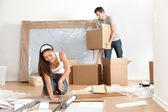 Couple se déplaçant dans la nouvelle maison — Photo