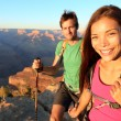 paar wandelaars in de grand canyon — Stockfoto