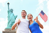 Tourists travel couple at Statue of Liberty, USA — Stock Photo