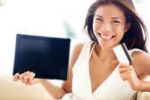 Mulher de internet compras on-line com o tablet pc — Fotografia Stock