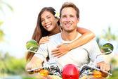 Glückliches junges Paar in Liebe auf Roller — Stockfoto