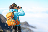 Hiker looking in binoculars — Stock Photo