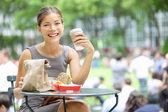 Jonge zakelijke vrouw lunchpauze — Stockfoto