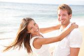 Coppia felice sulla spiaggia in amore divertendosi — Foto Stock